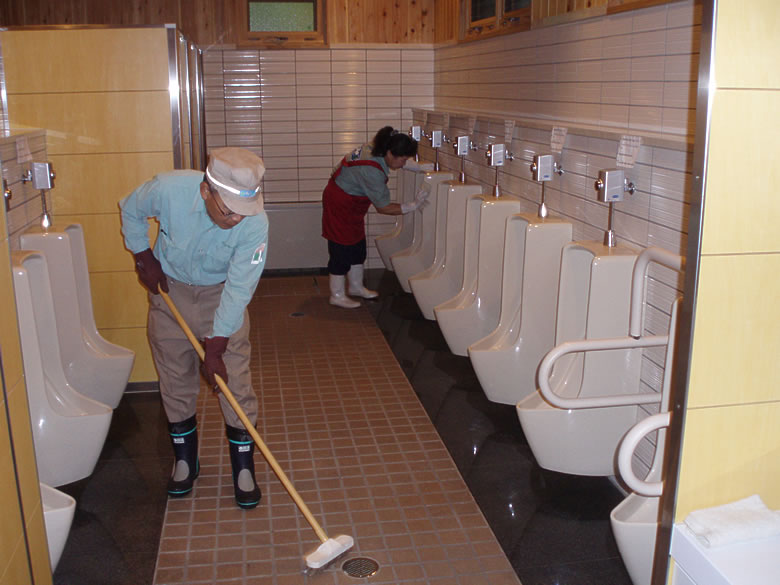 When the parks receive many visitors, we increase the frequency of our rounds to keep the toilets clean.