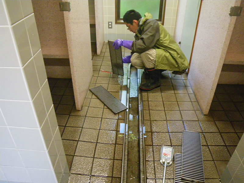 As hiking boots bring a lot of mud into the toilet, the drains need to be cleaned regularly and thoroughly.