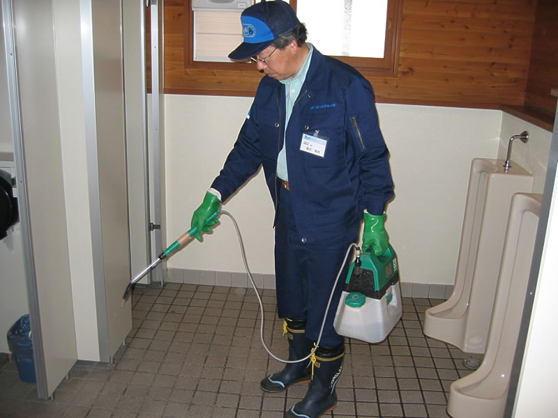 Spraying microbe-rich water all over the toilet to complete the cleaning cycle prevents odor as well as the buildup of urinary deposits.