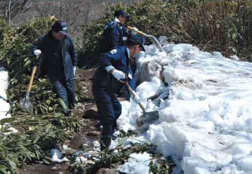 Removing snow from walking paths[Shiretoko]