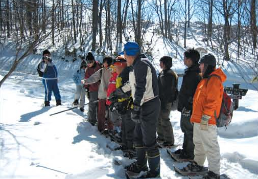 Conducting a snowshoe tour for special support school students[Kusatsu]